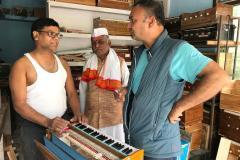 Besuch einer Harmonium-Werkstatt